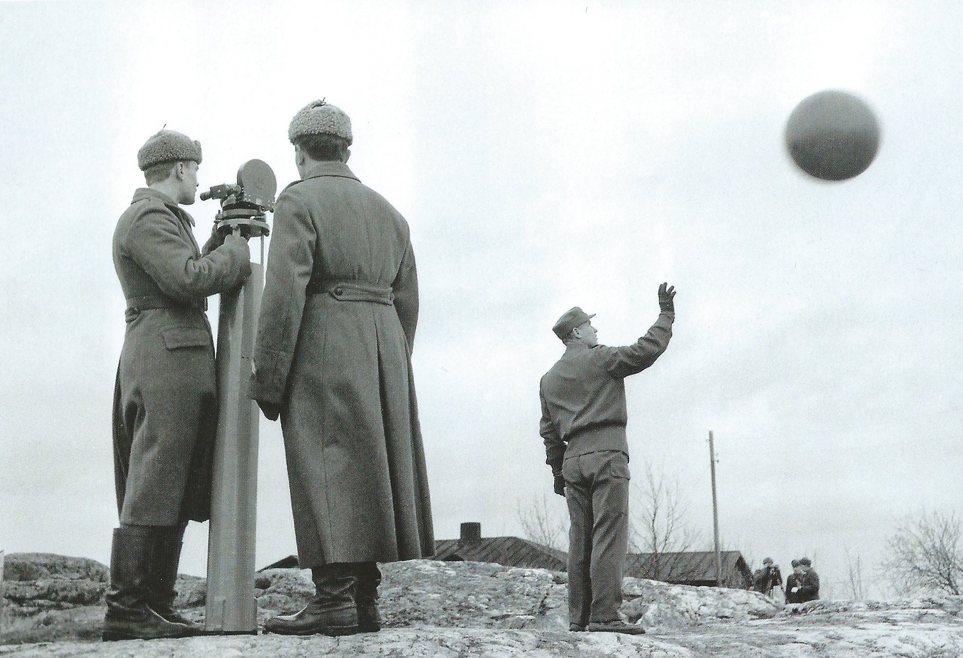 The launch of a weather balloon at the Vallisaari military meteorological station in 1962. According to Enqvist and Eskola, the task of the centre was to train conscripts as well as regular persons in the skills of meteorology.